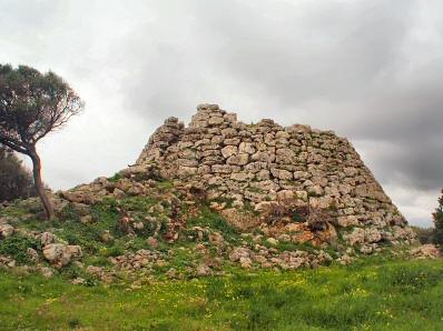 Reste des ehemaligen Aussichtstumes Talayot de Curnia